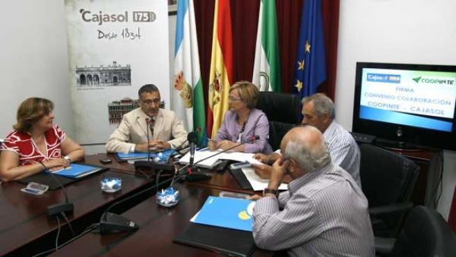 La presidenta de la Diputación Provincial, Petronila Guerrero, durante la firma
