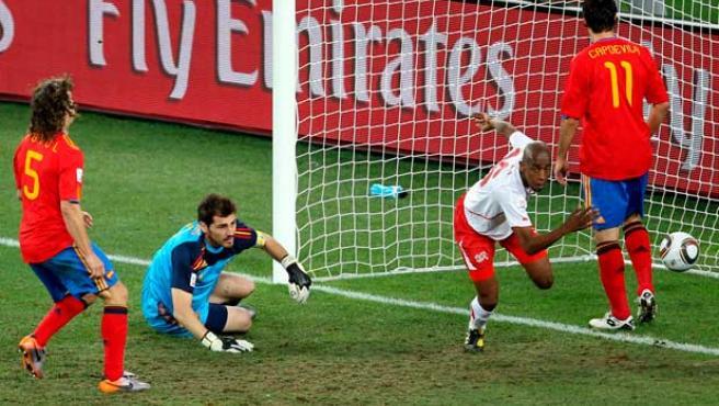 Casillas observa cómo Fernandes celebra el gol de Suiza.