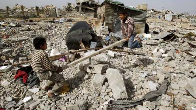 Dos niños juegan en un marco devastado por las bombas,en Gaza.
