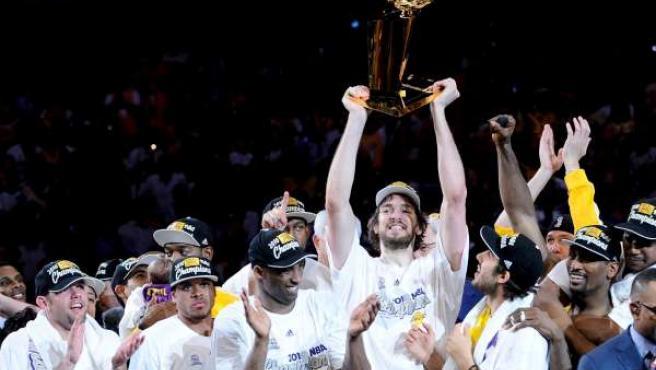 El jugador de los Lakers de Los Ángeles Pau Gasol levanta el tofeo Larry O'Brien Championship tras la victoria del equipo ante los Celtics de Boston.