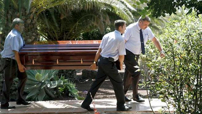 Trabajadores de los servicios funerarios trasladan el féretro con los restos del escritor portugués Jose Saramago.