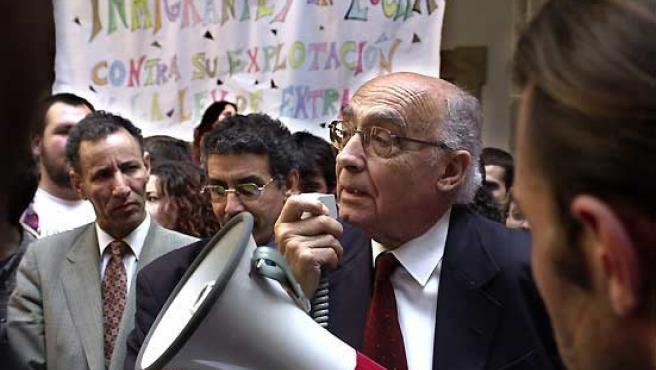 Saramago, megáfono en mano, se dirige a un grupo de manifestantes encerrados en 2001 en el patio de la Universidad de Sevilla en protesta por la Ley de Extranjería.