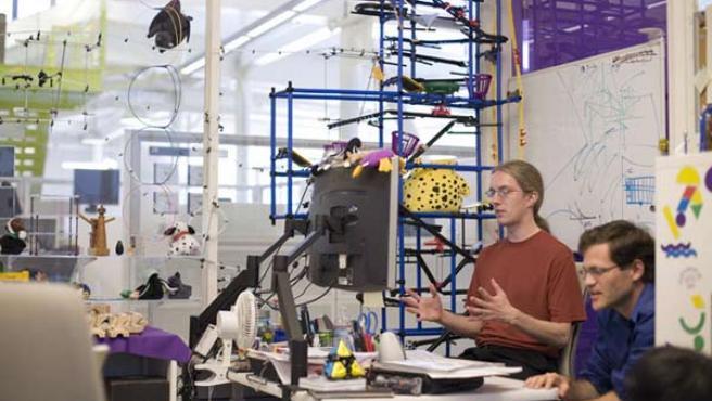 Dos trabajadores de Google en la sede de la empresa.