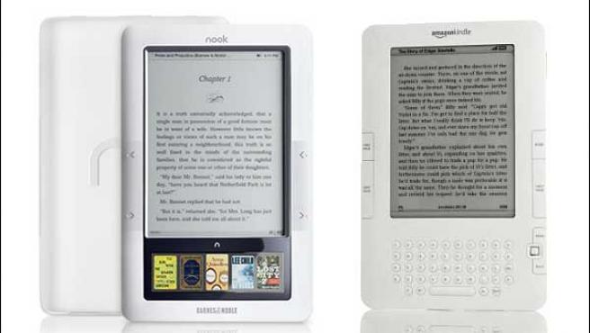 Los lectores electrónicos Nook (i) y Kindle (d).