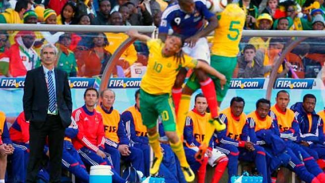 El seleccionador de fútbol de Francia, Raymond Domenech (i), observa desde la banda una de las jugadas del partido Francia-Sudáfrica