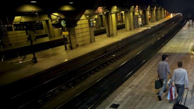 Dos pasajeros caminaban anoche por un andén vacio de la estación de Montparnasse en París.