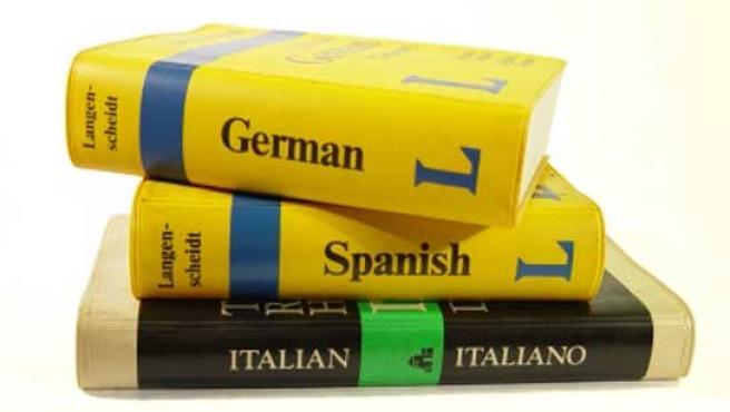 Una pila de diccionarios de diferentes idiomas.