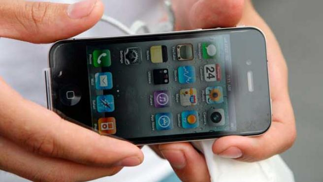 Un comprador muestra el nuevo iPhone 4 tras adquirirlo en una tienda de Apple en Nueva York.