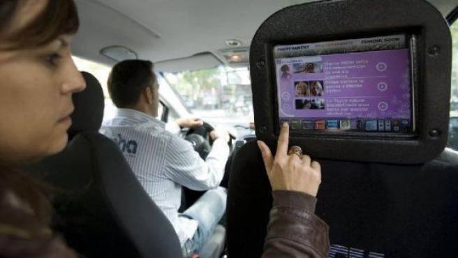 Una pantalla táctil en en interior de un taxi.