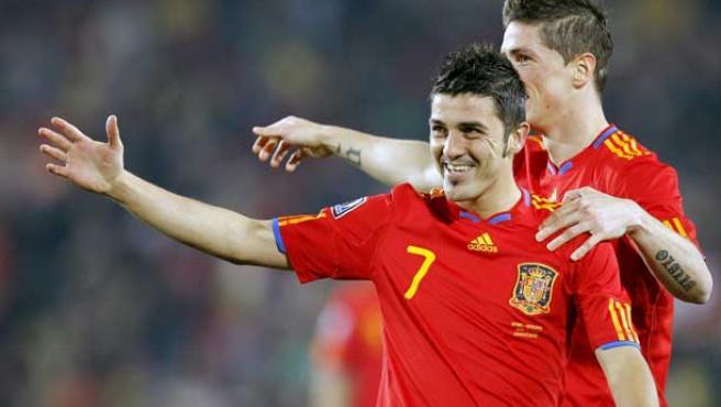 Fernando Torres, detrás, felicita a David Villa, en un partido del Mundial de Sudáfrica