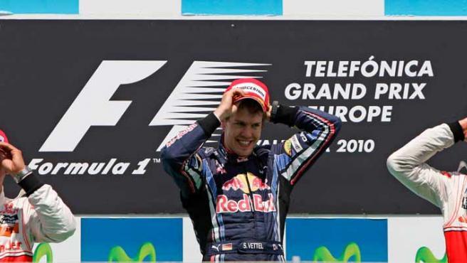 Vettel celebra su victoria junto al segundo y tercer clasificados, Lewis Hamilton y Jenson Button.