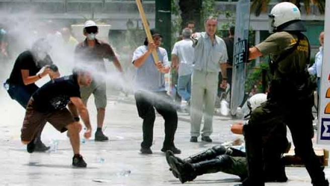 Manifestantes se enfrentan a agentes antidisturbios durante una protesta frente al Parlamento griego.