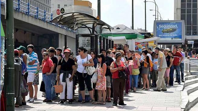 Personas haciendo fila en la parada del autobús, en la zona de Nuevos Ministerios, durante la jornada de huelga en el Metro de Madrid.