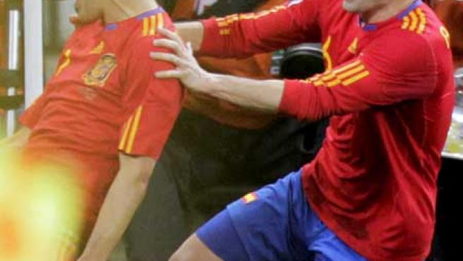 David Villa (iz), es felicitado por Andrés Iniesta.
