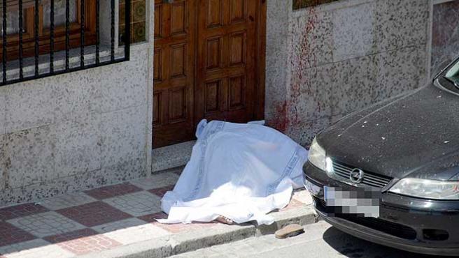 El cadáver de la mujer asesinada en Pinos Puente, a la espera de las diligencias judiciales.