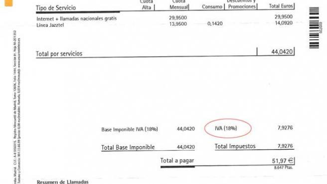 Factura recibida por un lector en la que se aplica el 18% de IVA antes de la subida.