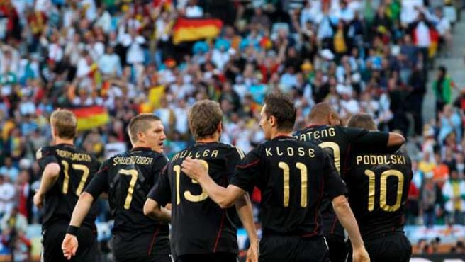 El jugador de Alemania Thomas Müller es felicitado por sus compañeros, Bastian Schweinsteiger, Miroslav Klose, Jerome Boateng y Lukas Podolski tras marcar ante Argentina.