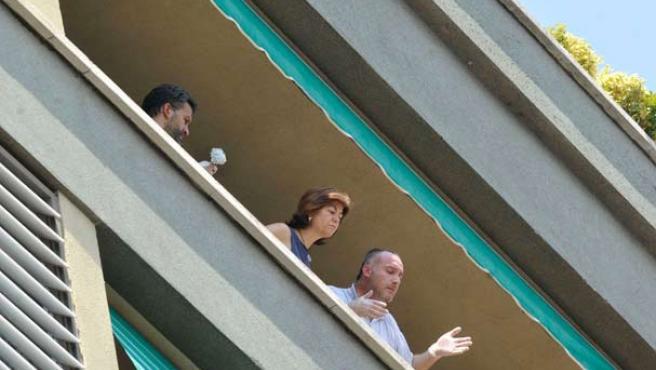 Efectivos judiciales y policiales, en el balcón desde donde ha sido lanzada al vacío una mujer.