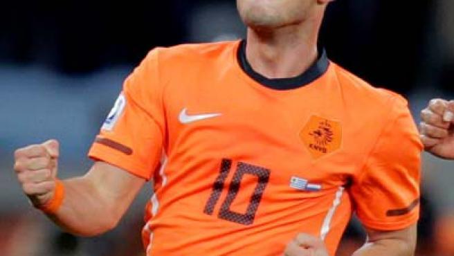 Wesley Sneijder celebra el gol que consiguió, segundo para su equipo, durante el partido de semifinales del Mundial de Sudáfrica entre Uruguay y Holanda.