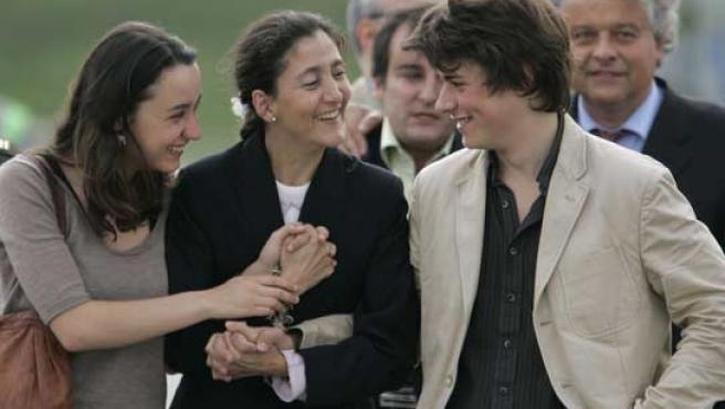 Ingrid Betancourt sonríe junto a sus dos hijos tras recibirlos en el aeropuerto de Bogotá, en Colombia. (REUTERS)