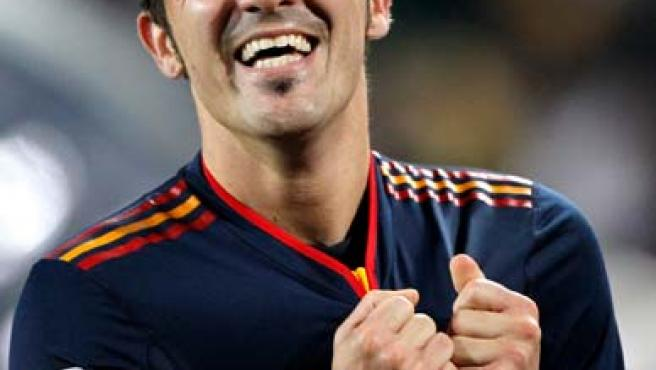El jugador español David Villa celebra tras anotar ante Paraguay