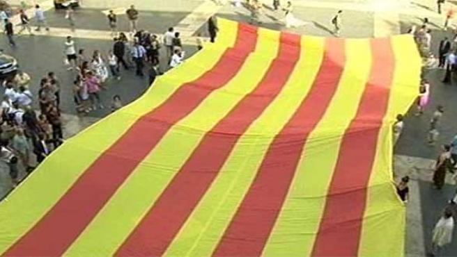 Los organizadores muestran la bandera que se usará en la manifestación.