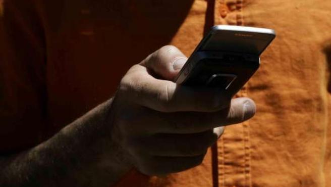 Mandando Un Mensaje De Texto Con El Teléfono Móvil