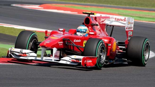 El piloto Fernando Alonso, conduce su monoplaza durante la sesión de entrenamientos libres en el circuito de Silverstone.