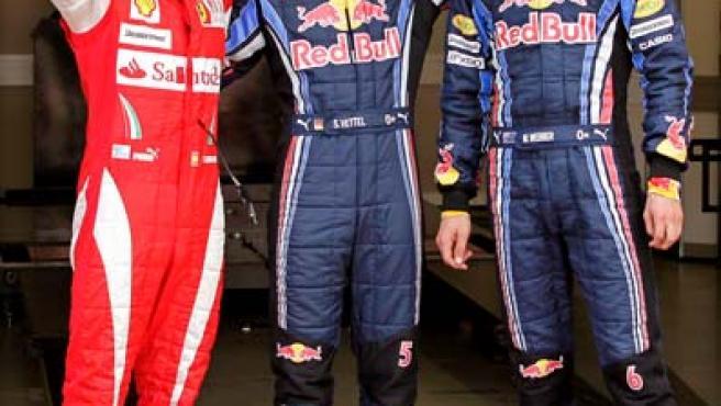 Fernando Alonso, piloto de Ferrari, Sebastian Vettel y Mark Webber, de Red Bull, celebran sus tres primeras posiciones en la Calificación del GP de Gran Bretaña.
