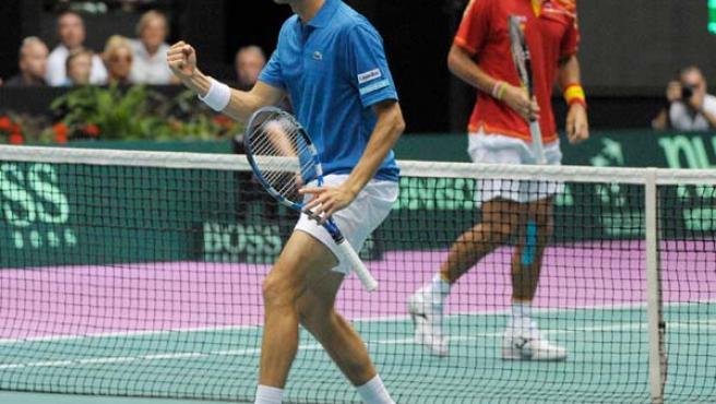 El tenista Julian Benneteau celebra un punto ante Feliciano López en el partido de dobles entre Francia y España.