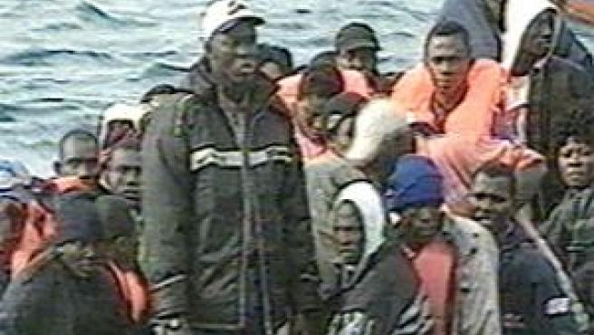 Interceptada una patera con 34 varones y dos mujeres, una embarazada, en la costa de Adra
