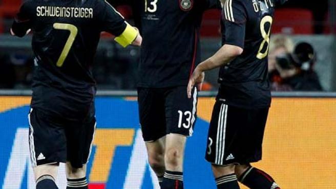 Los jugadores alemanes Bastian Schweinsteiger y Mesut Ozil celebran el gol de Thomas Müller contra Uruguay en el partido por el tercer puesto del Mundial.