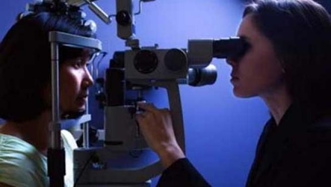 Una oftalmóloga revisa los ojos de un paciente.
