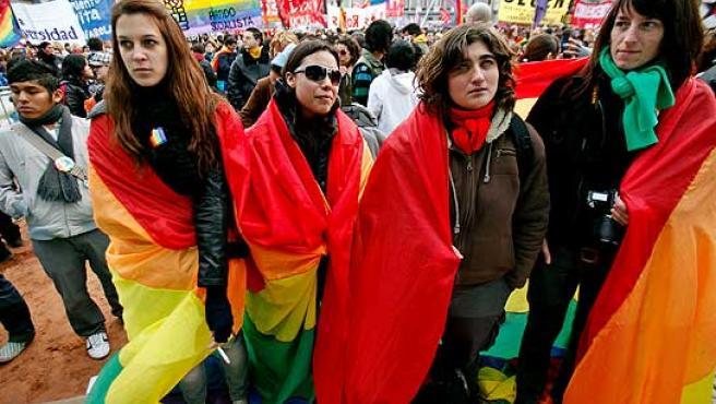Varios argentinos en una marcha pro matrimonio gay, esperan la decisión del Senado.