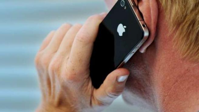 Un hombre usa el nuevo iPhone 4.