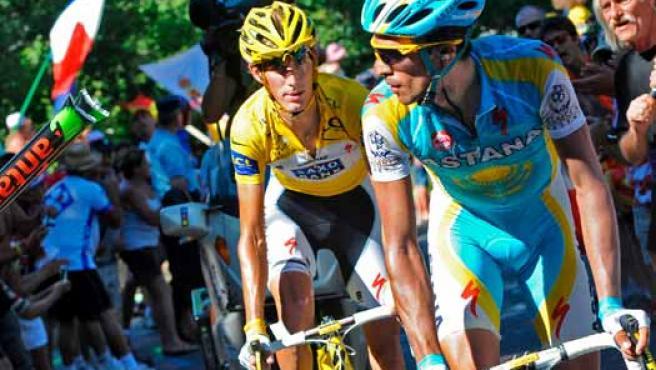 El ciclista luxemburgués Andy Schleck del equipo Saxo Bank (c-i), y el español Alberto Contador.