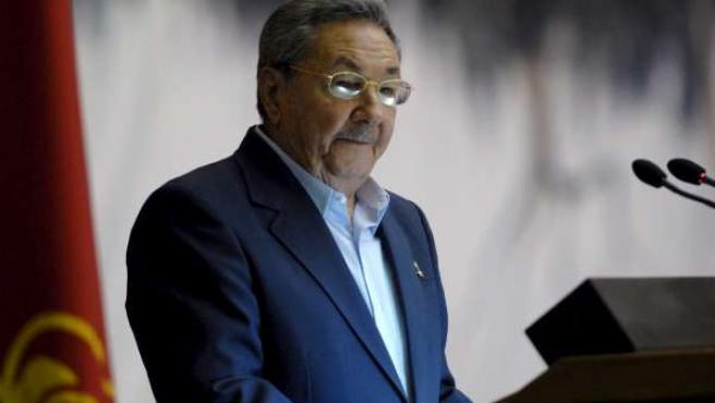 Raúl Castro pronuncia un discurso durante la clausura del IX congreso de la Unión de Jóvenes Comunistas (UJC)