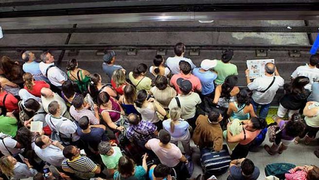 Andenes atestados de usuarios de metro en la estación de Nuevos Ministerios.
