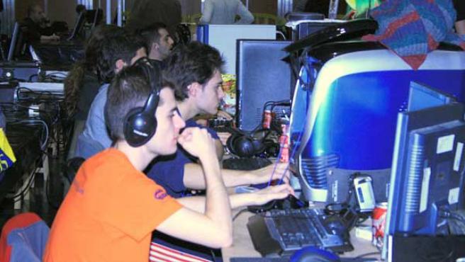 Un joven frente a la pantalla de un ordenador.