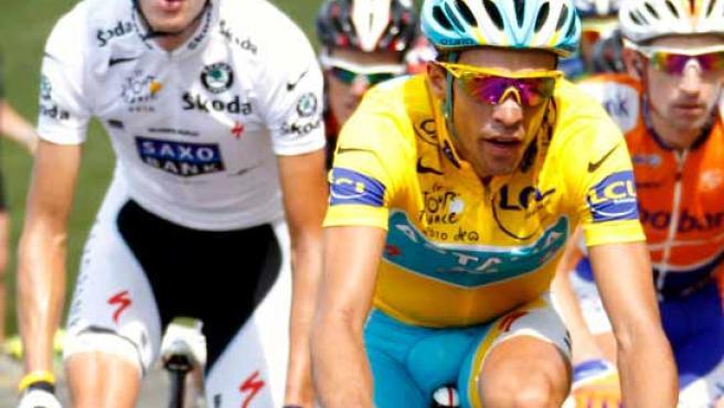 Andy Schleck a rueda de Alberto Contador durante la etapa de este martes.