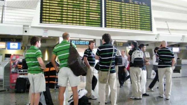 Jugadores del Racing esperan un avión