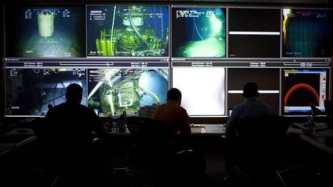 Foto original del centro de operaciones de BP en Houston. A la derecha, hay tres pantallas sin imagen.