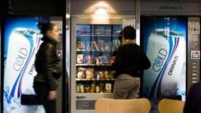La máquinas expendedoras con productos poco saludables desaparecerán de los colegios públicos.