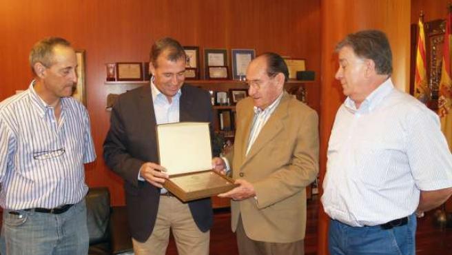La Asociacion de Pescadores del Pirineo entrega una distinción al presidente de
