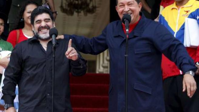 El presidente de Venezuela, Hugo Chávez (d), abraza a Maradona (i), durante el anuncio de la ruptura de relaciones con Colombia.