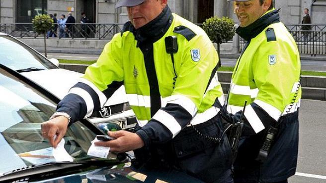 Dos agentes ponen una multa. (ARCHIVO)