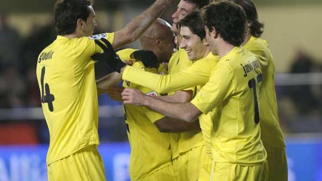Los jugadores del Villarreal celebran el gol de Joseba Llorente ante el Racing de Santander.