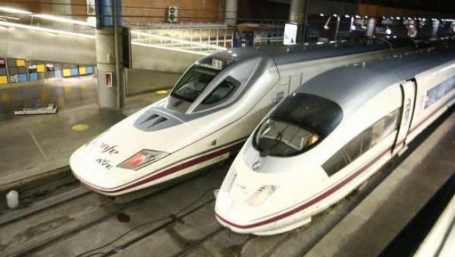 Trenes del AVE llegando a una estación.