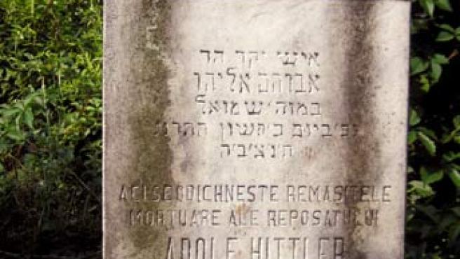 """""""Aquí descansan los restos mortales de Adolf Hitler. Fallecido el 26 de octubre de 1892 a la edad de 60 años"""", dice una tumba en Rumanía."""