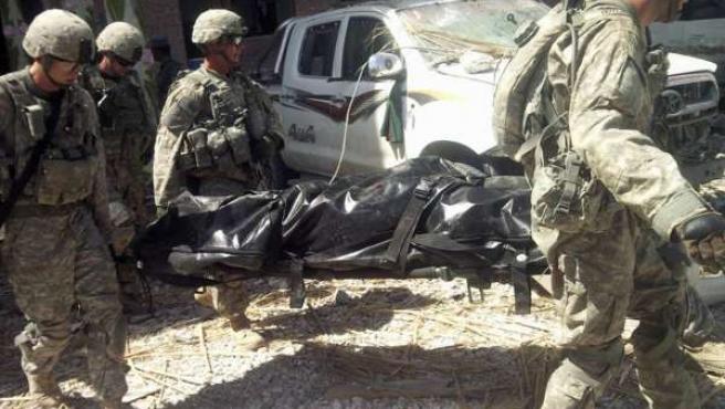 Soldados estadounidenses trasladan el cadáver de un compañero fallecido en Afganistán.
